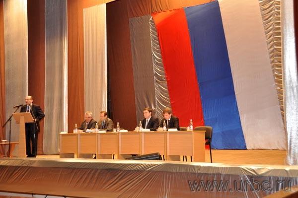 Организаторы встречи Александра Мишарина с жителями Сысерти зачем-то перевернули российский флаг, стилизовав его под французский