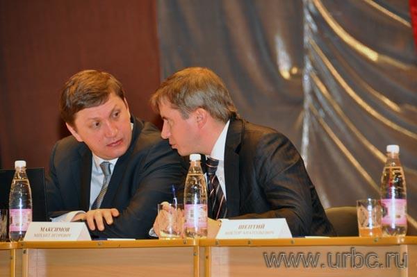 Глава администрации губернатора Вячеслав Лашманкин с региональным министром экономики Михаилом Максимовым во время общения губернатора с народом
