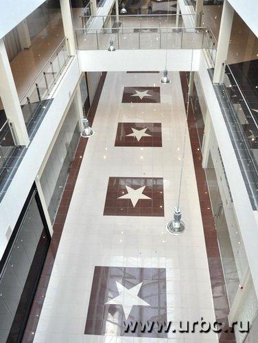«Звездный интерьер» нового торгового центра больше напоминает голливудскую Аллею славы
