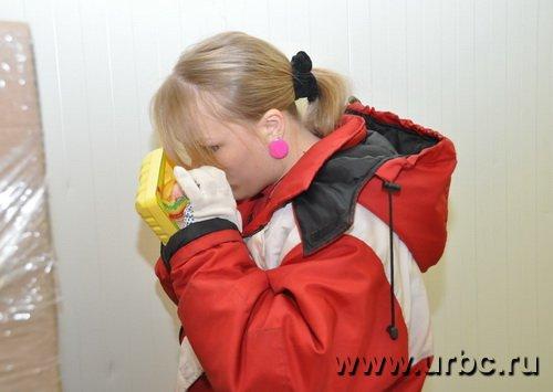 Во время приемки охлажденной куры сотрудник «АШАН» вскрывает несколько упаковок, нюхает их и измеряет курице температуру